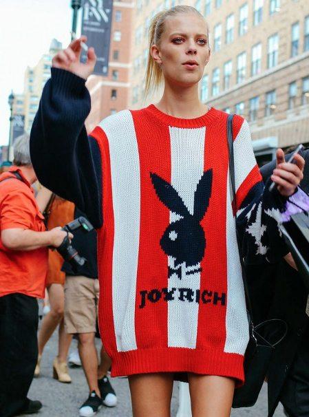 Модель Лекси Болинг демонстрирует стрит стайл осени 2016 : свитер оверсайз в сочетании с короткой юбкой