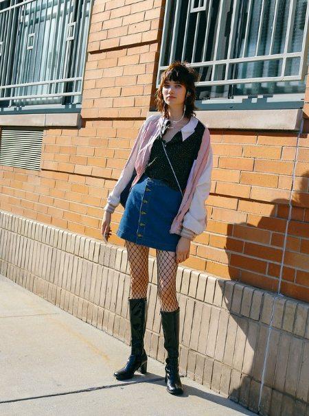 Колготки в сеточку, джинсовая юбка А-силуэта и куртка-бомбер оверсайз