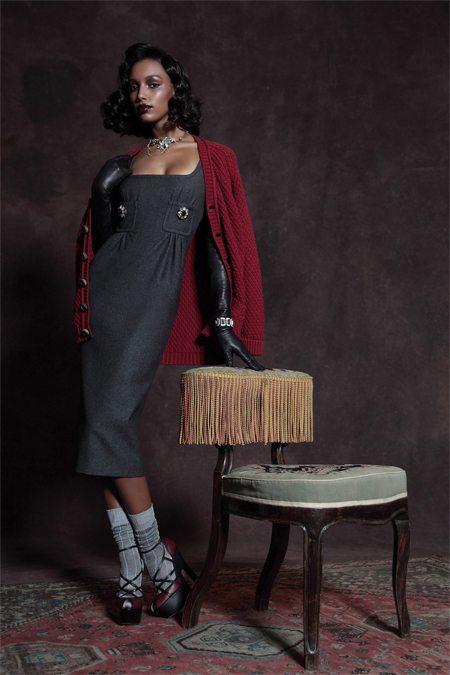 Платье-футляр, кардиган и высокие носки