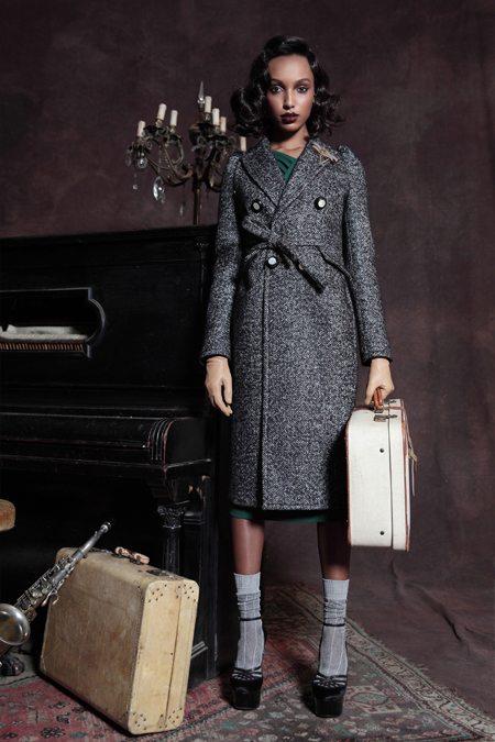Пальто из твида в сочетании с туфлями и носками
