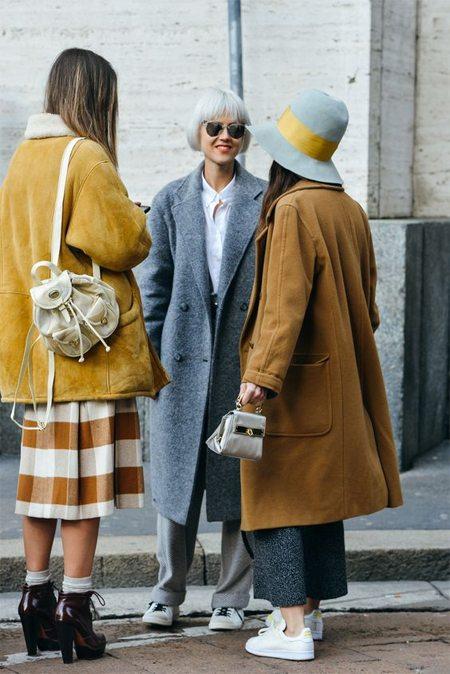 На моднице слева: дубленка, рюкзак, юбка в клетку, ботильоны и белые носки