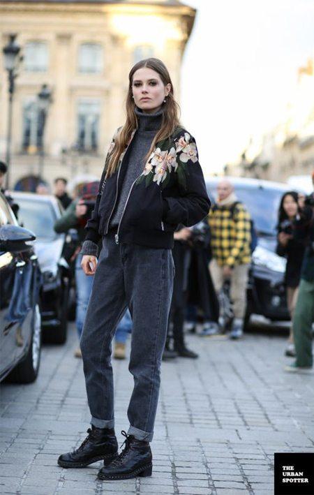 Черная куртка-бомбер с орхидеями. Дикими, само собой