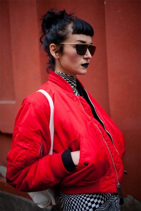 Красная куртка-бомбер