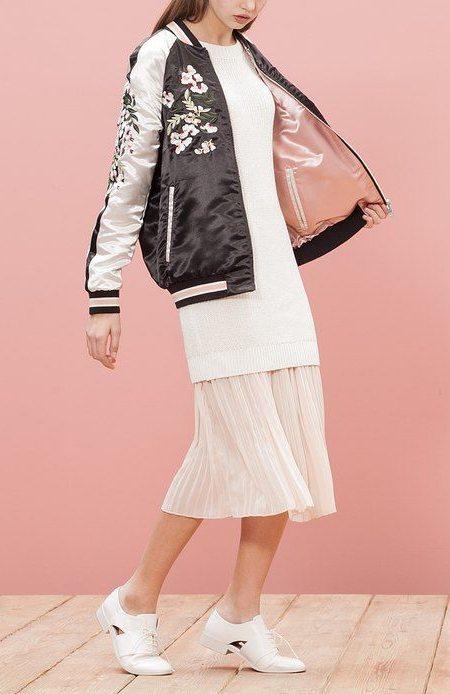 Шелковая куртка-бомбер и белая юбка плиссе