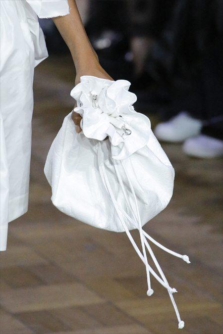 Модный белый кисет Simon Rocha под не менее белые одежды