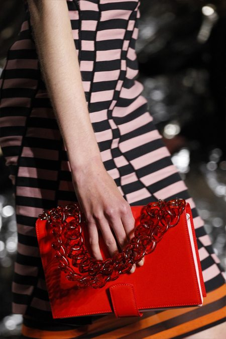 Модная сумка на цепочке из пластика Gyvenchi весна-лето 2017