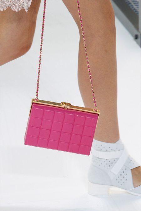 Модная маленькая сумочка Chanel цвета Pink Yarrow по Pantone весна-лето 2017