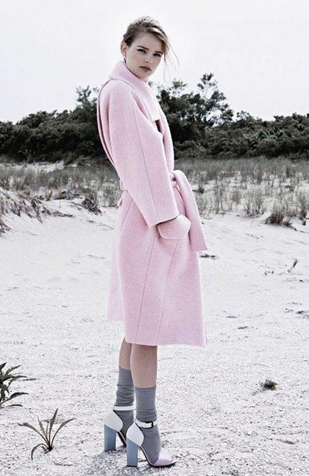 Серые гольфы и пальто цвета розовый кварц