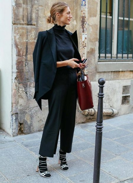Черные носки и босоножки + костюм