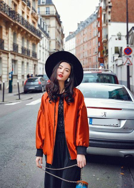 Оранжевая куртка-бомбер. Или это только подкладка?)