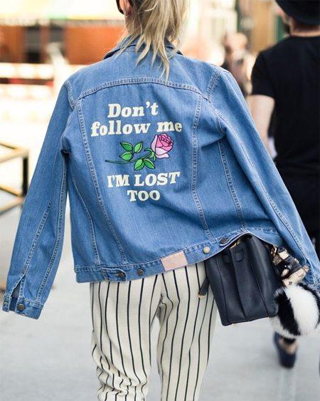 Джинсовая куртка-бомбер оверсайз в сочетании с полосатыми брюками