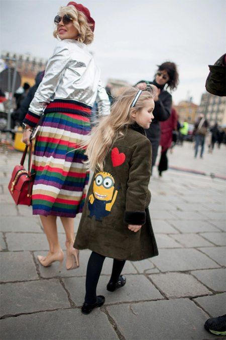 Куртка-бомбер цвета металлик в сочетании с юбкой smart casual