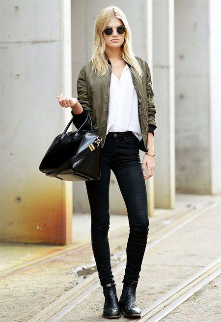 Солнцезащитные очки, сумка, джинсы и куртка-бомбер на уличной моднице