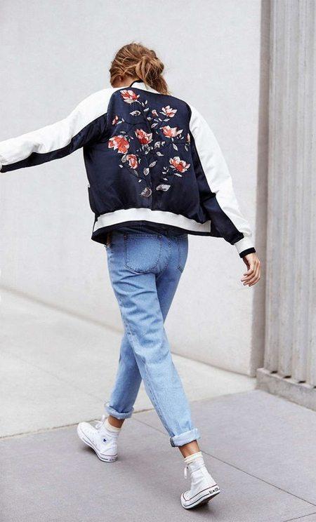 Куртка-бомбер, джинсы, белые кеды