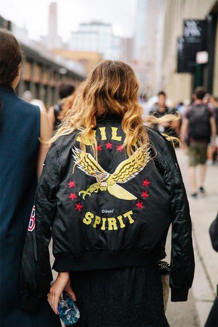 Женская куртка-бомбер с рисунком на спине