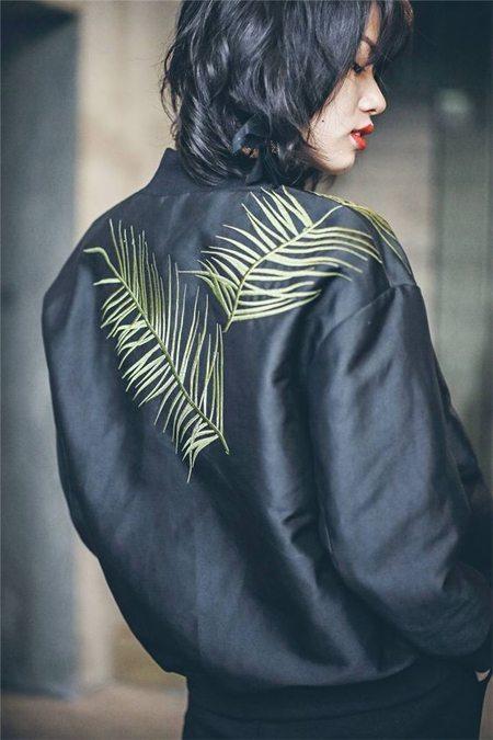 Черная кожаная куртка-бомбер на девушке