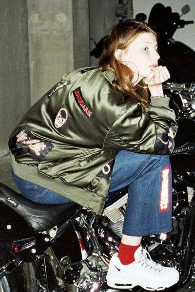 Женская куртка-бомбер, модель МА-1, в сочетании с джинсами и кроссовками