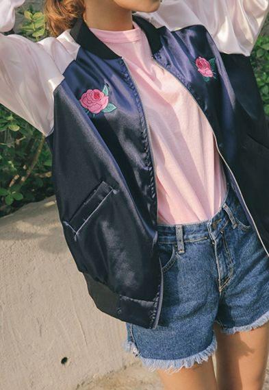 Куртку-бомбер можно украсить розочками