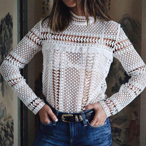 Белая кружевная блузка в сочетании с джинсами