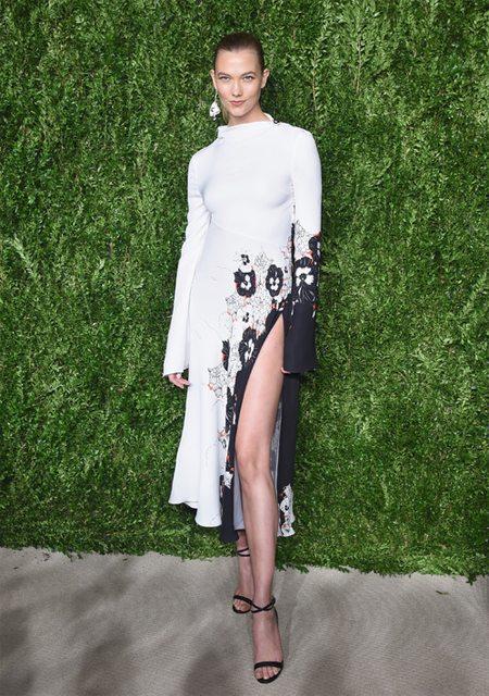 Карли Клосс в модном платье 2017