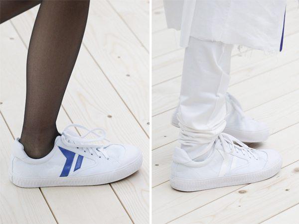 Кеды Céline носят с черными колготами или белыми брюками