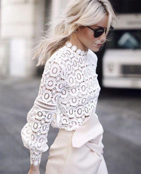 Белая кружевная блузка на городской моднице