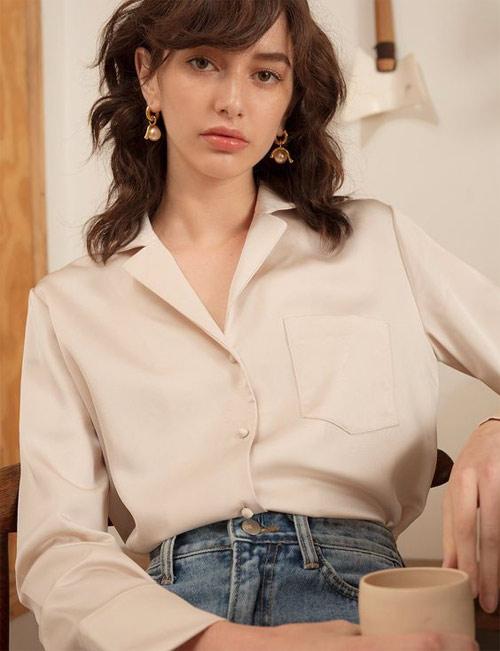 Бежевая рубашка в сочетании с джинсами
