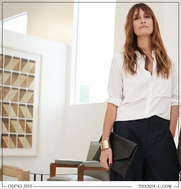 Парижанка Каролин де Мегрэ в черных брюках и белой блузке