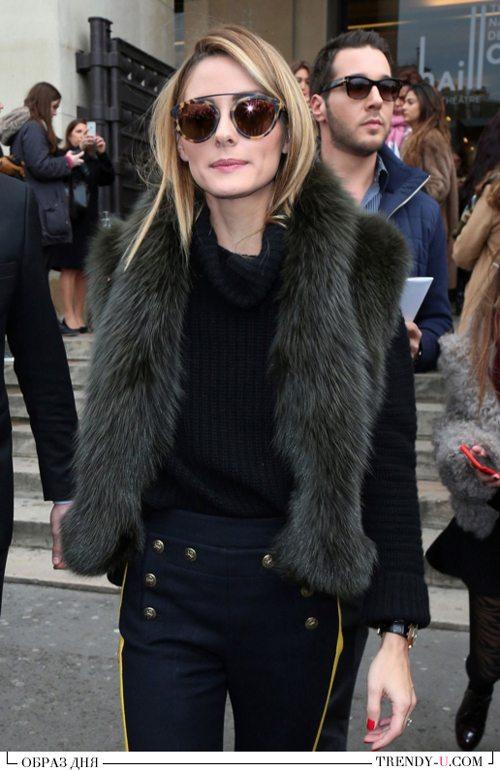Черный свитер, брюки с высокой талией и меховой шарф на Оливии Палермо