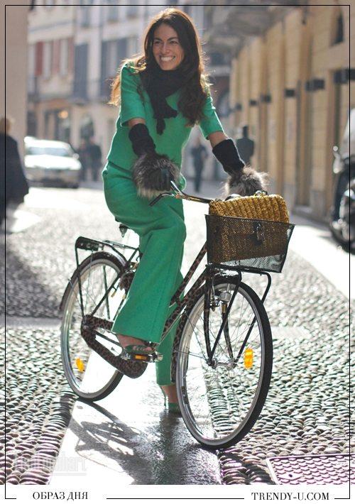 Зеленый брючный костюм и аксессуары