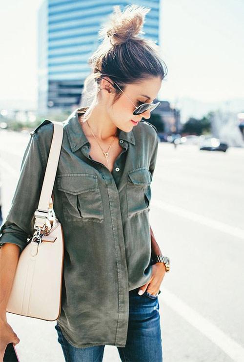 Рубашка цвета хаки в сочетании с джинсами