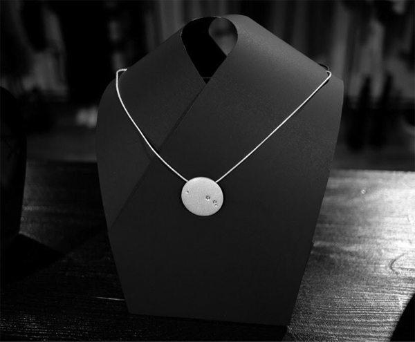 Серебряное ювелирное украшение от бренда «Ювелирная кондитерская» в коллаборации с Игорем Пинигиным