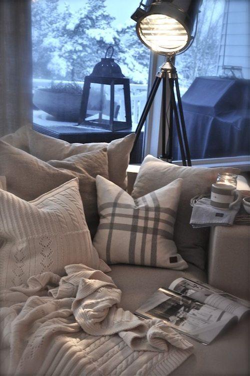 Текстура и фактура как декор. Подушки на диване в гостинной