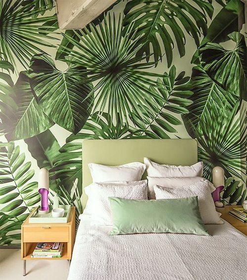 Интерьер 2017: оформление спальни обоями с тропическим принтом