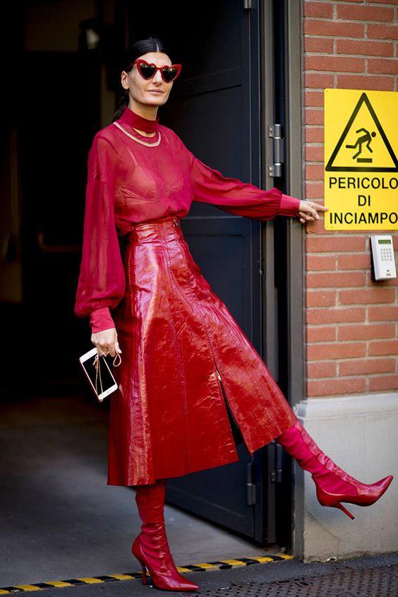 Total red: красная кожаная юбка в сочетании с красной блузкой