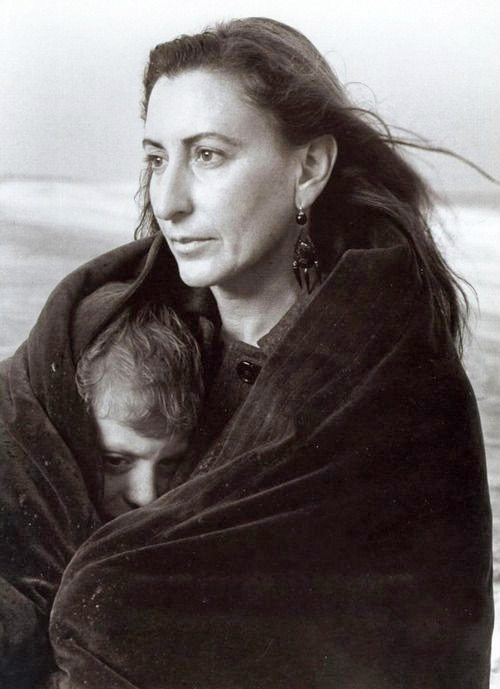Миучча Прада с сыном. Фото Annie Leibovitz, 1996