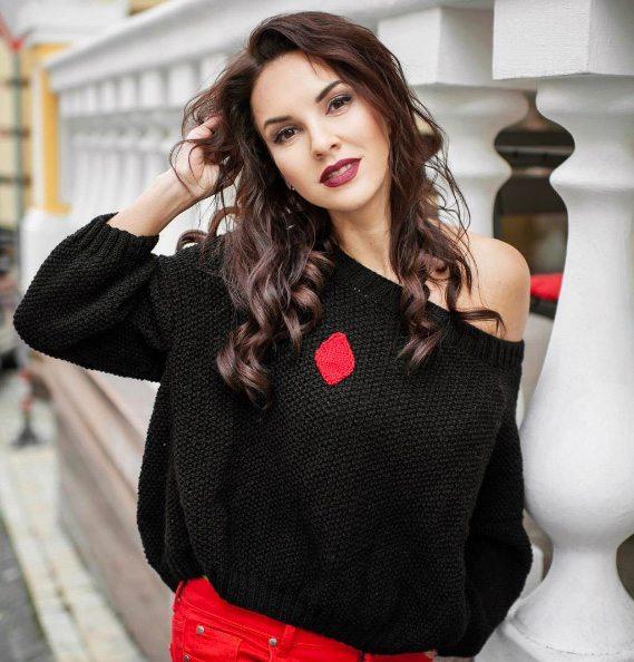 Анна Козырь в свитере с открытыми плечами собственного производства
