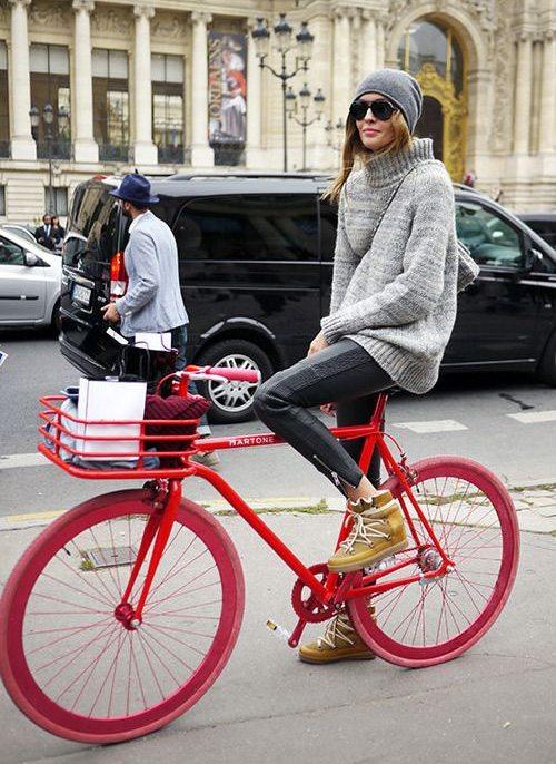 Городская модница на красном двухколесном коне