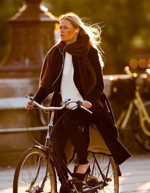 Когда прохладно, надевайте на велопрогулку шарф