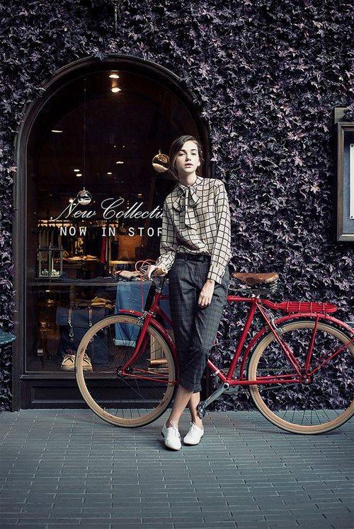 Уличная модница-велосипедистка