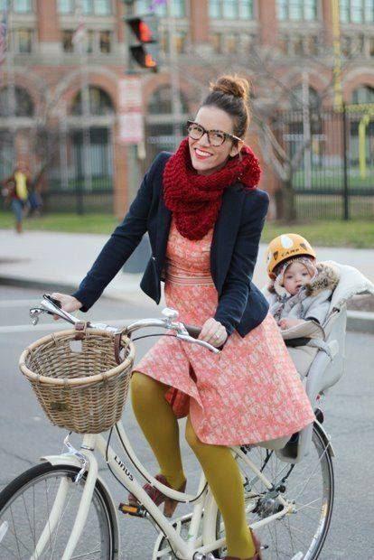 Мама и ребенок на велосипеде
