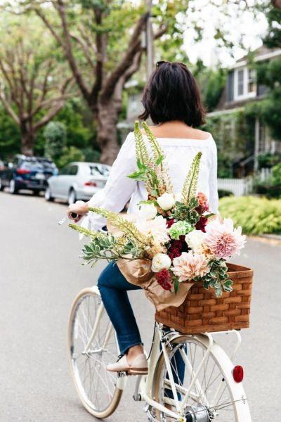 Велосипедистка везет цветы