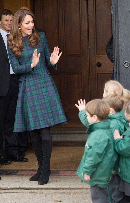 Кейт Миддлтон в платье из твида с принтом Блэк Уотч