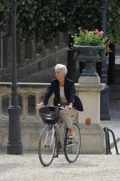 Кристин Лагард на велосипеде