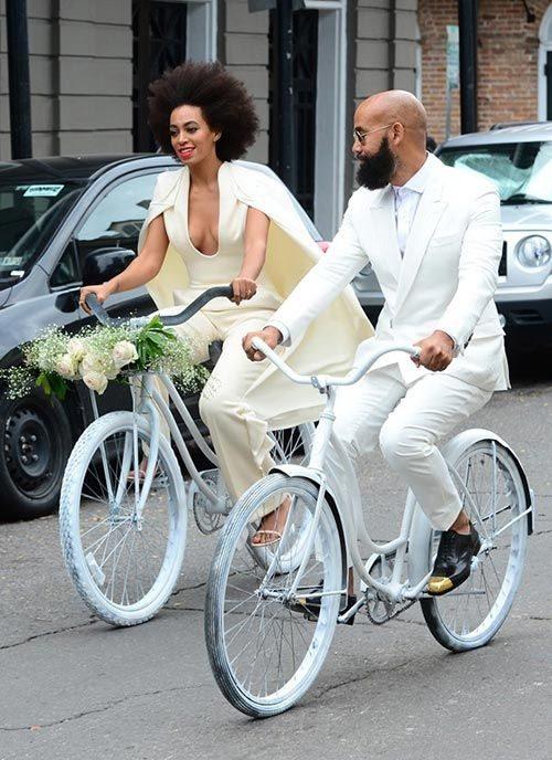 Жених и невеста на велосипедах