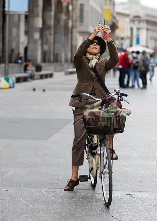 Женщина среднего возраста едет на велосипеде