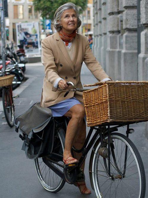Женщина среднего возраста на велосипеде