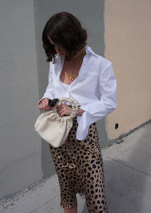 Белая рубашка и юбка с леопардовым принтом
