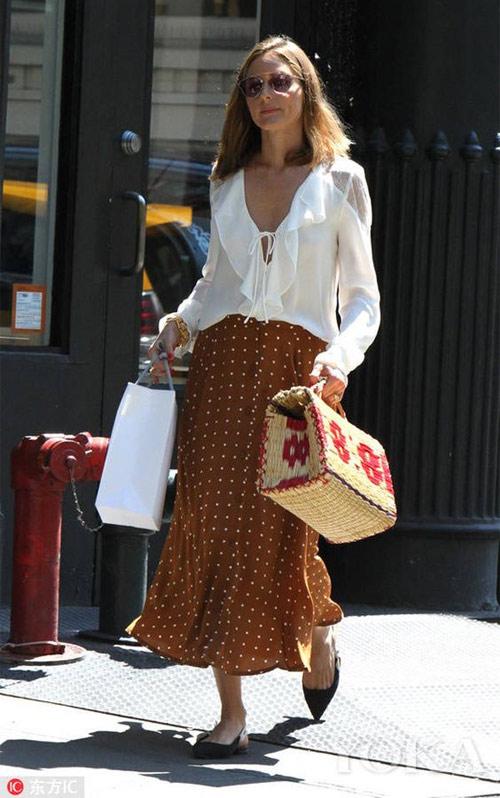 Оливия Палермо в белой блузке и юбку в горох