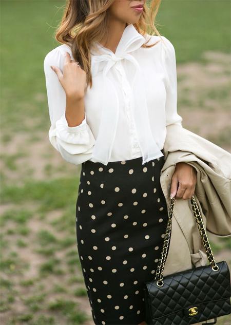 Юбка-карандаш в горошек в сочетании с белой рубашкой